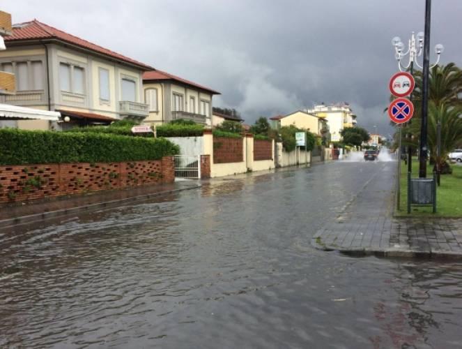 Toscana, disagi piogge e allagamenti in Versilia
