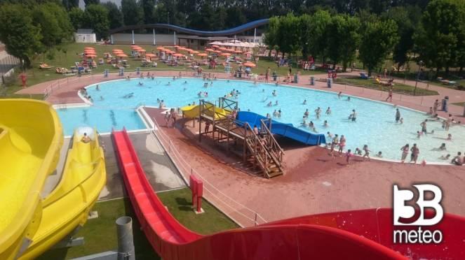 Tutti in piscina con questo caldo foto gallery 3b meteo - Piscina di broni ...