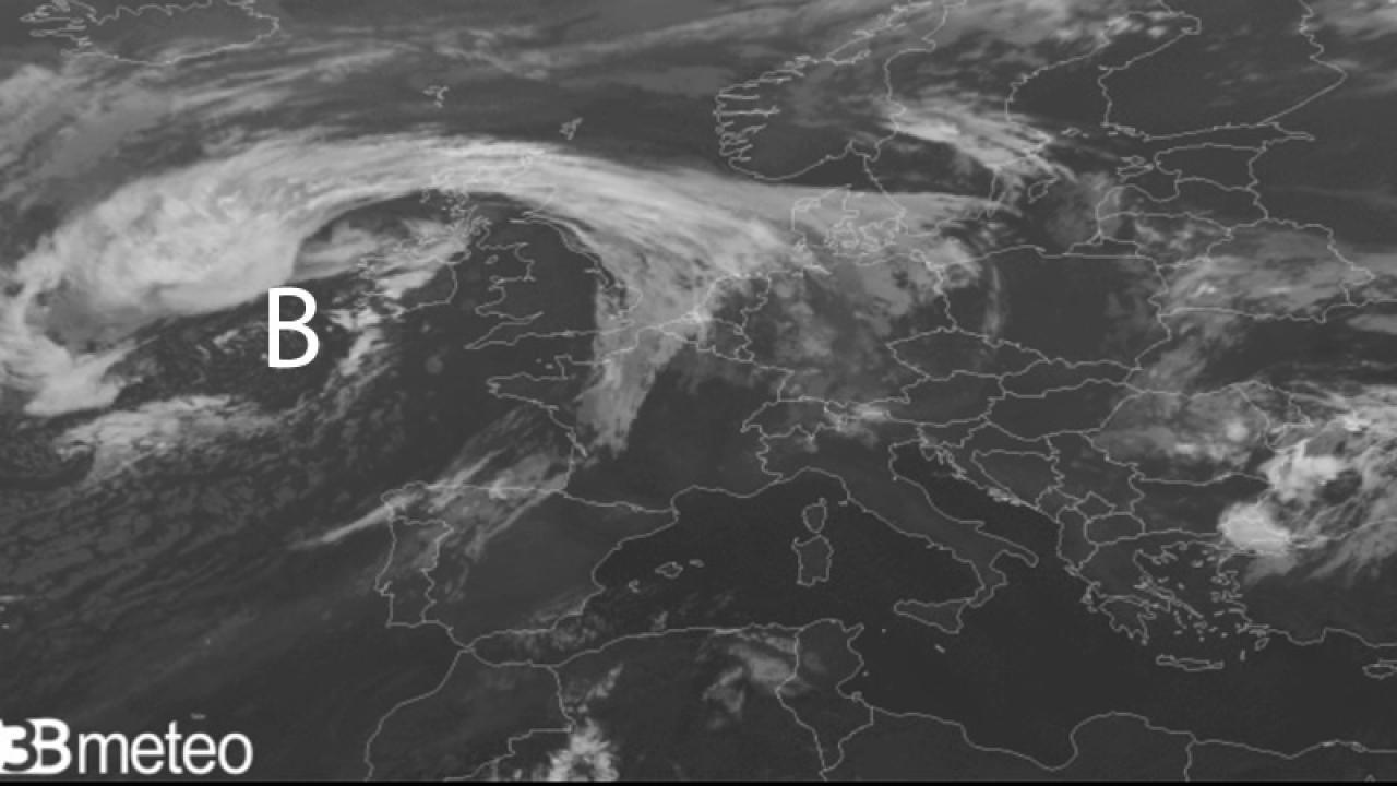 ciclone extratropicale in marcia verso la Gran Bretagna