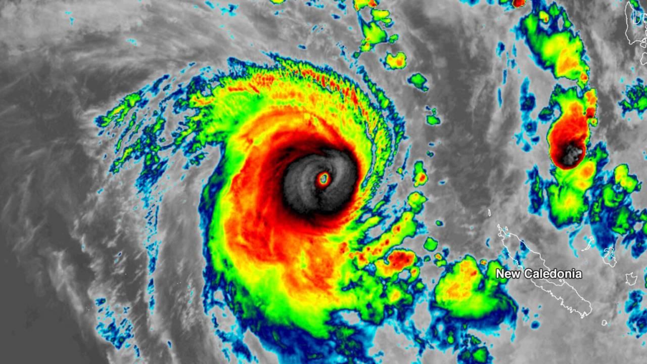 Meteo: CICLONE tropicale NIRAN si abbatte sulla Nuova Caledonia con venti fino a 220km/h. Foto e video