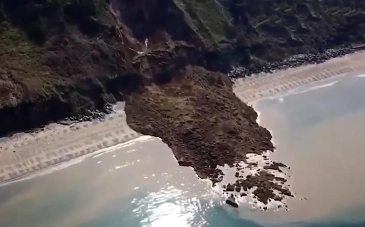 Enorme frana sulla costa del Galles una donna riprende tutto