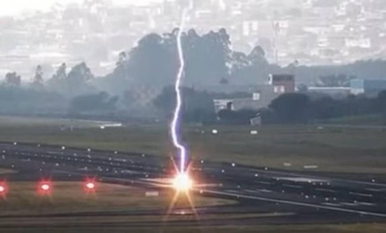Il momento in cui il fulmine colpisce la pista di atterraggio (Fonte: @KeraunosObs via Twitter)
