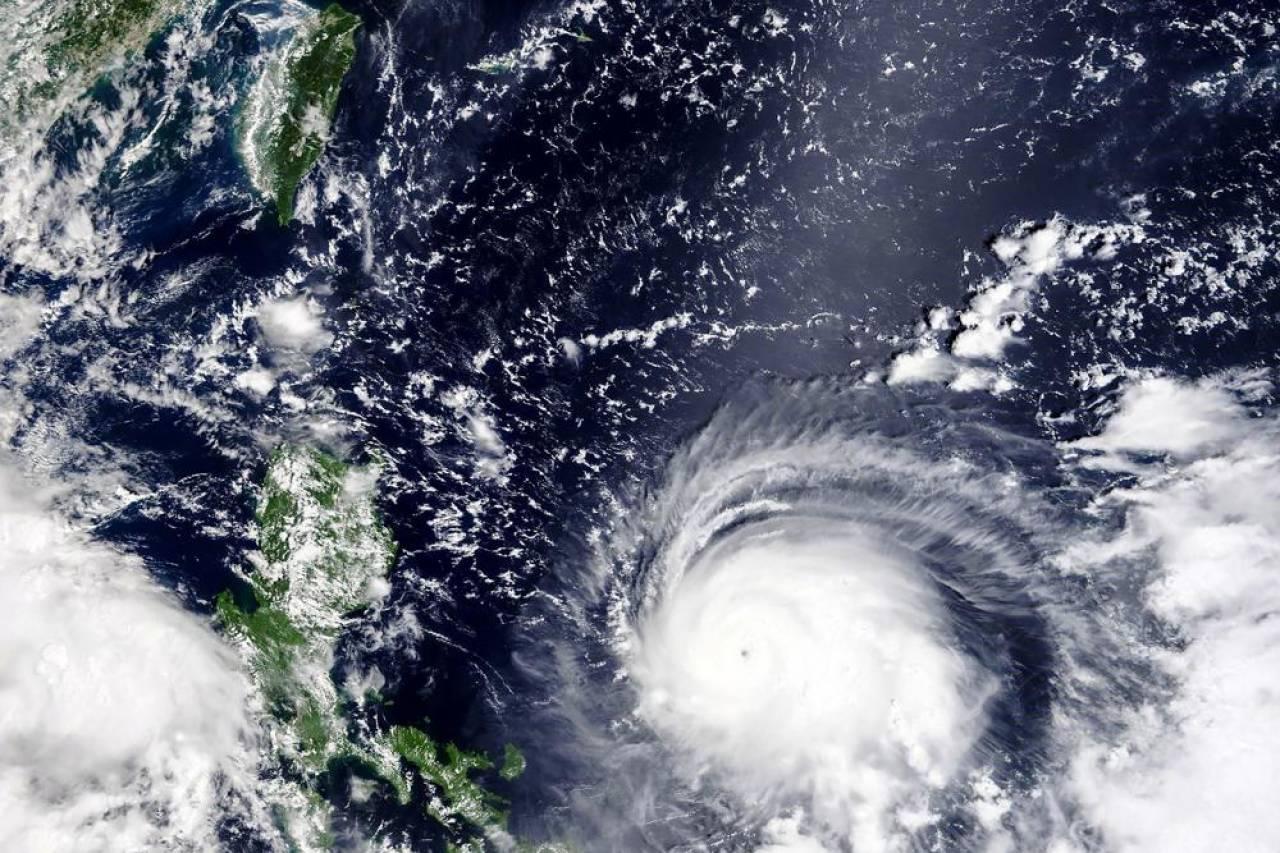 Il super tifone Chanthu visto dal satellite della NASA nel suo avvicinamento alle Filippine