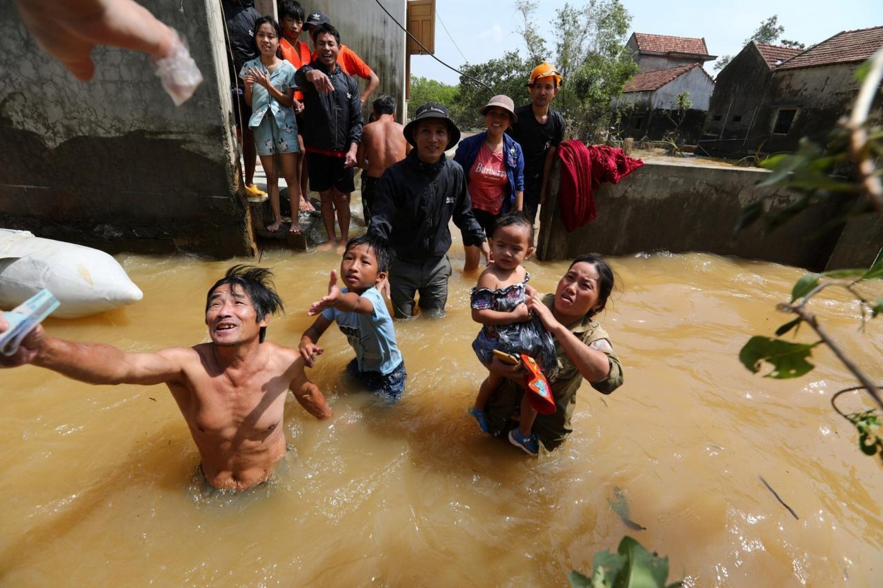 Il tifone Molave impatta in Vietnam (Fonte immagine: Mundo News via Twitter)