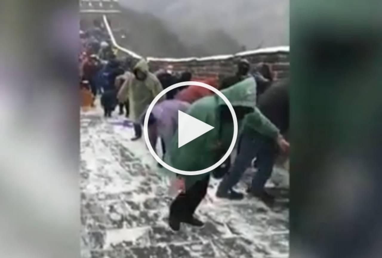 Cina - gruppo di turisti sorpreso da una tormenta di neve ...