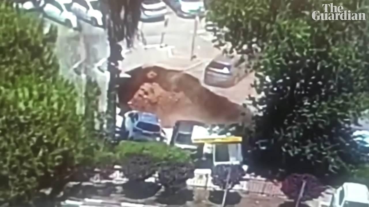 Improvvisa voragine inghiotte auto parcheggiate