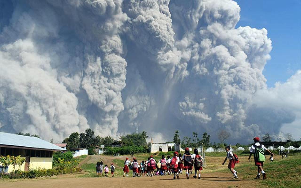 L'eruzione del Sinabung (Fonte: newskarnataka.com)