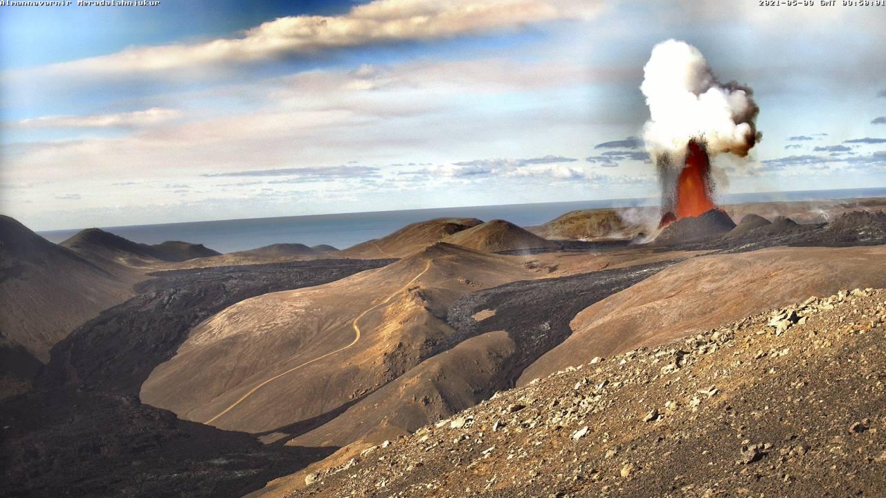 L'eruzione del vulcano Fagradalsfjall (Foto di @almannavarnir via Twitter)