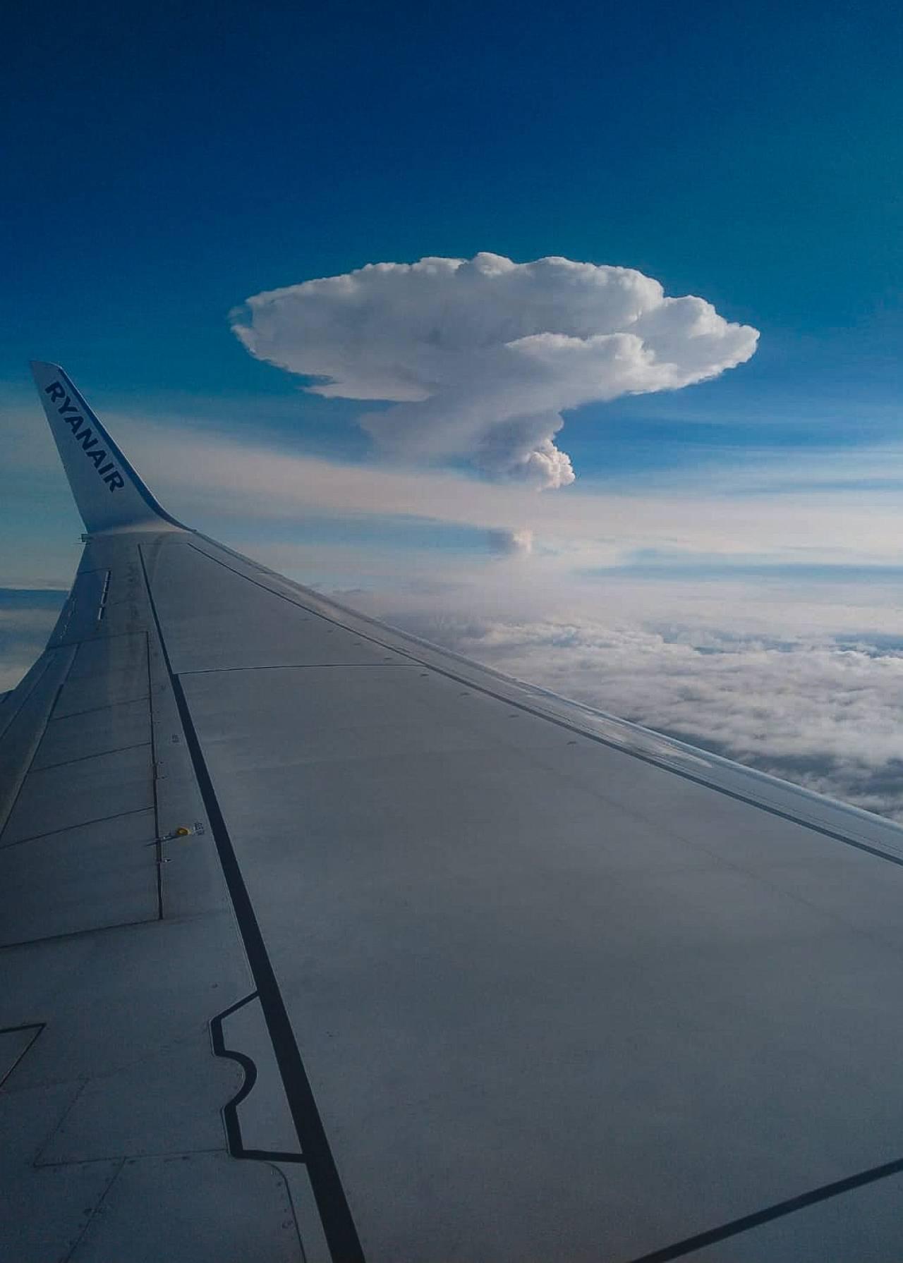 L'eruzione dell'Etna da un volo di linea (Fonte: Giacomo Imposa)