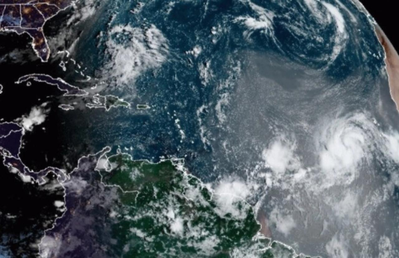 L'uragano Larry sulla parte destra dell'immagine