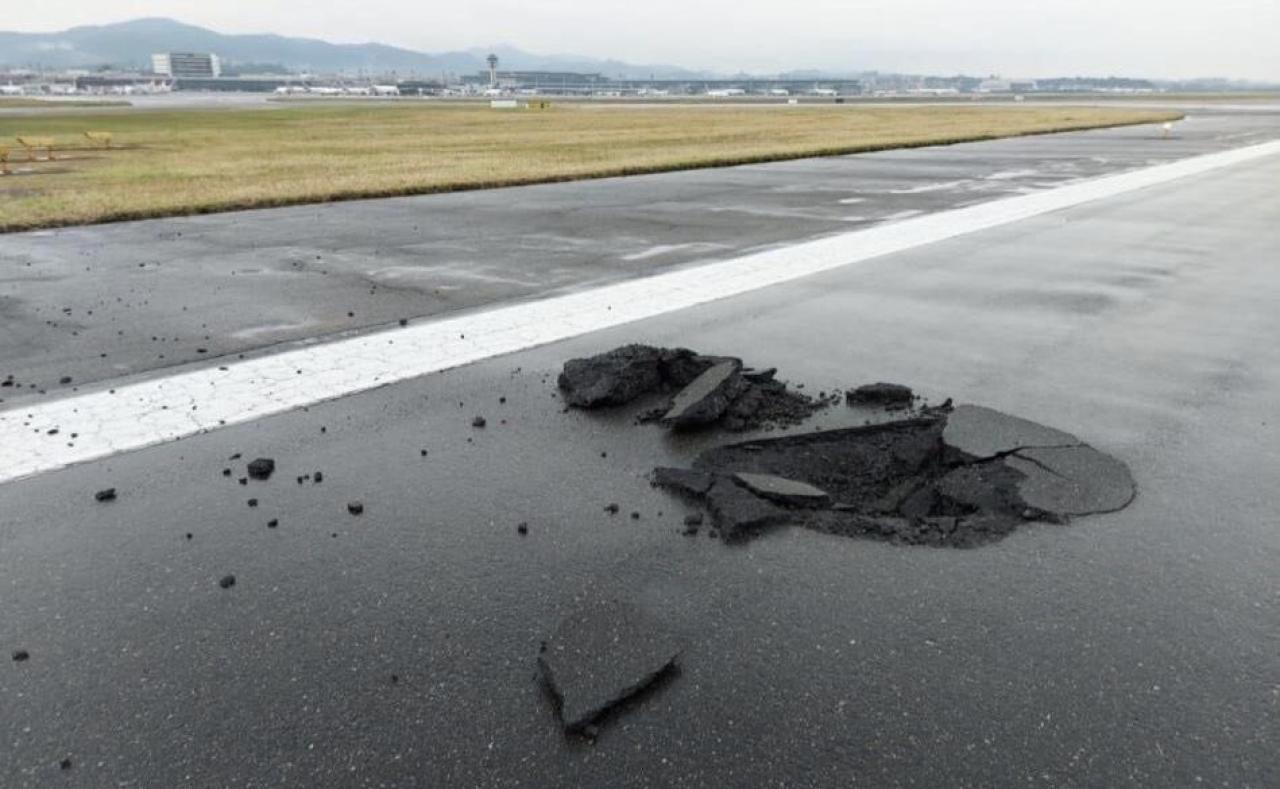 La buca provocata dal fulmine sulla pista di atterraggio (Fonte immagine: @KeraunosObs via Twitter)