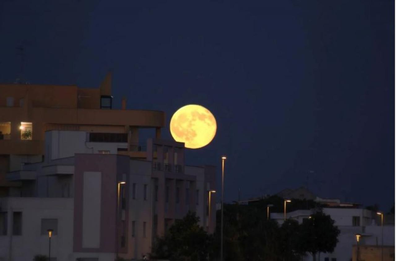 La super luna nel cielo di Como: le vostre foto