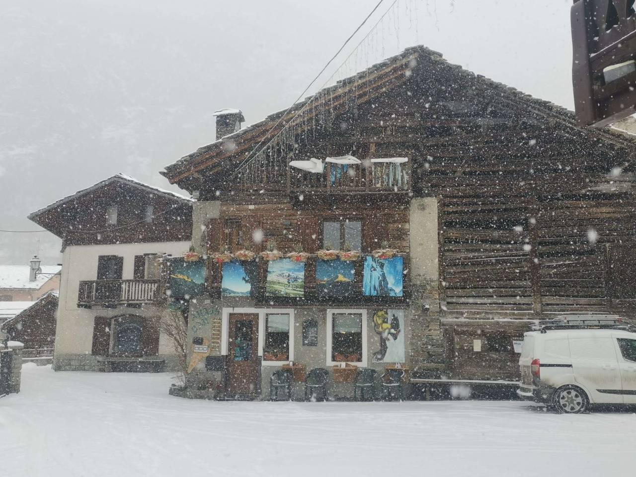 Nevicata in corso a Cogne (AO), frazione Lillaz