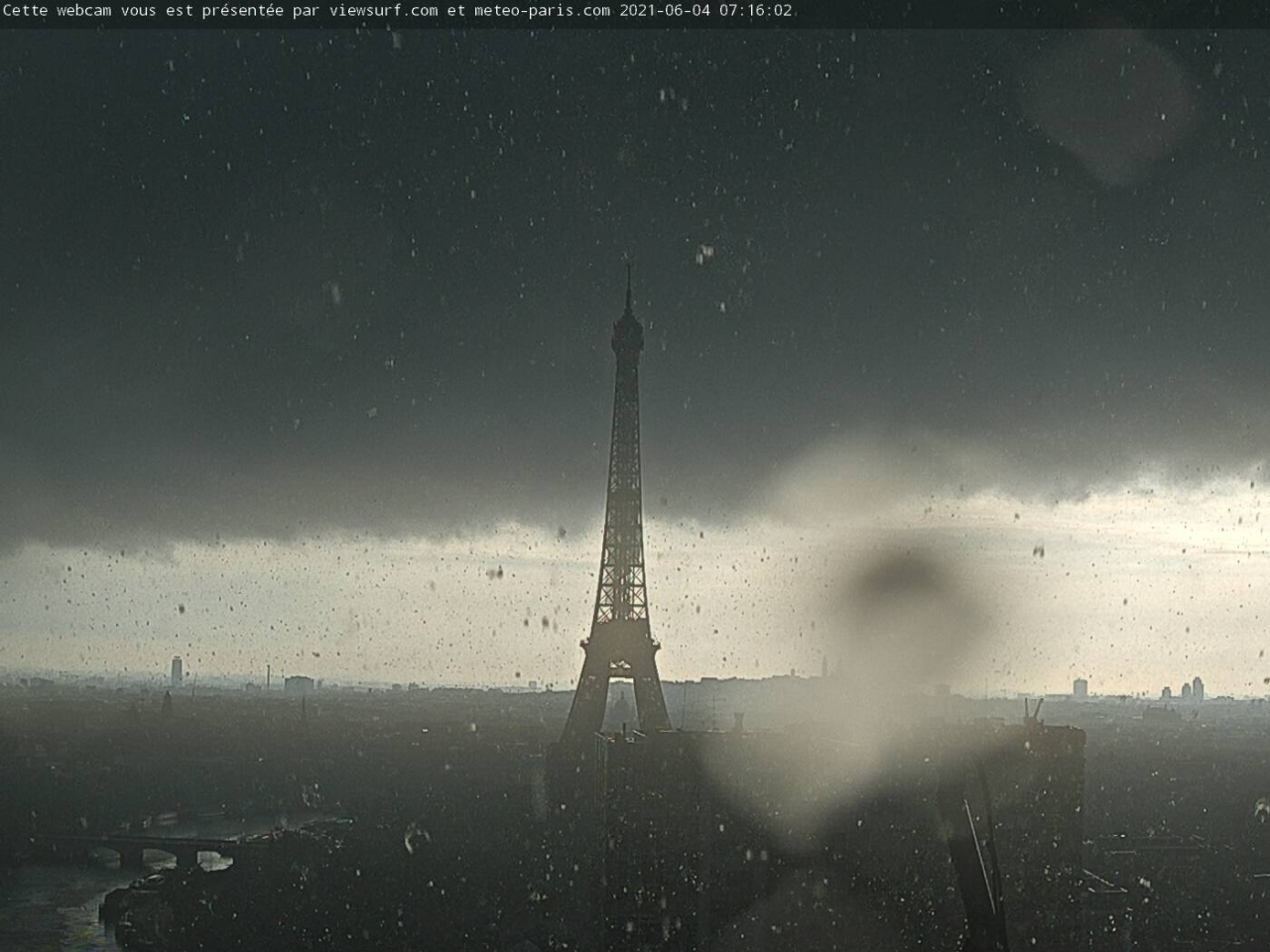 Parigi sotto il nubifragio questa mattina