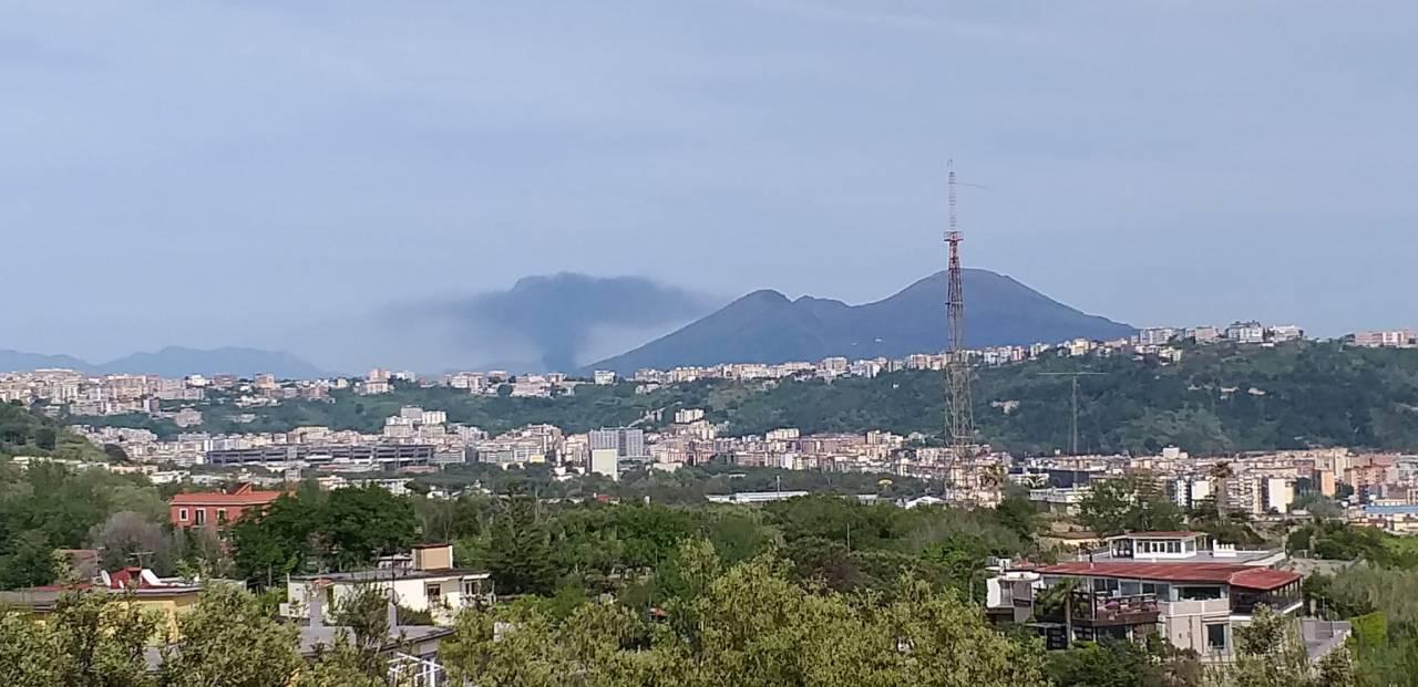 Scoppio e grosso incendio a Napoli nel vesuviano
