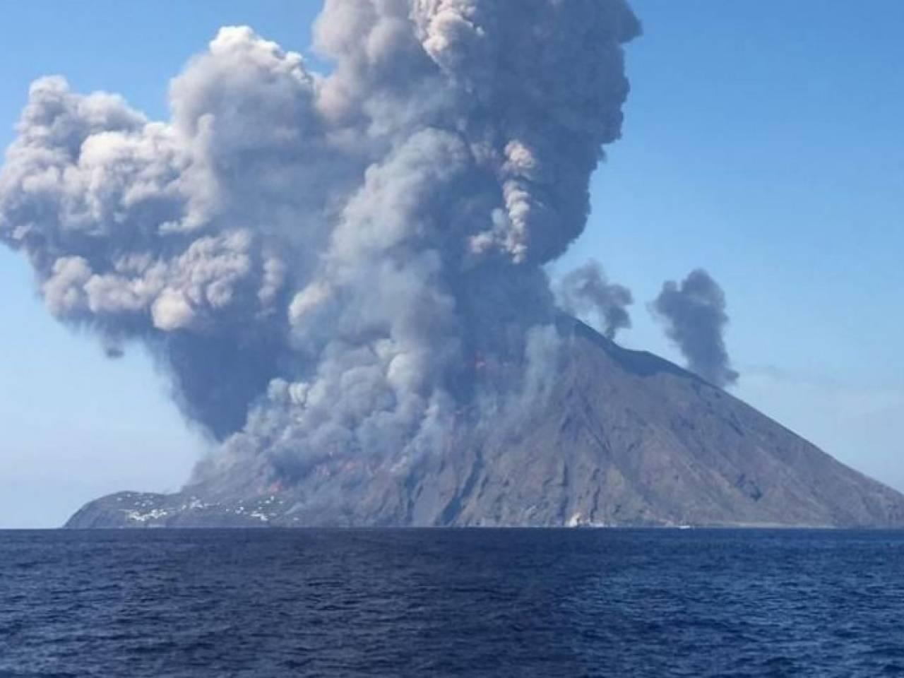 Stromboli, forte esplosione sul vulcano, paura tra i residenti e i turisti (foto dell'evento del luglio 2019)