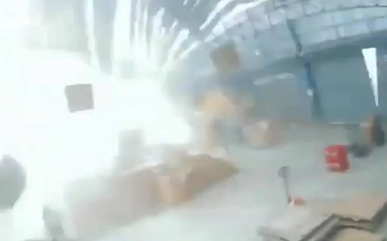 Tempesta improvvisa distrugge una fabbrica in Thailandia