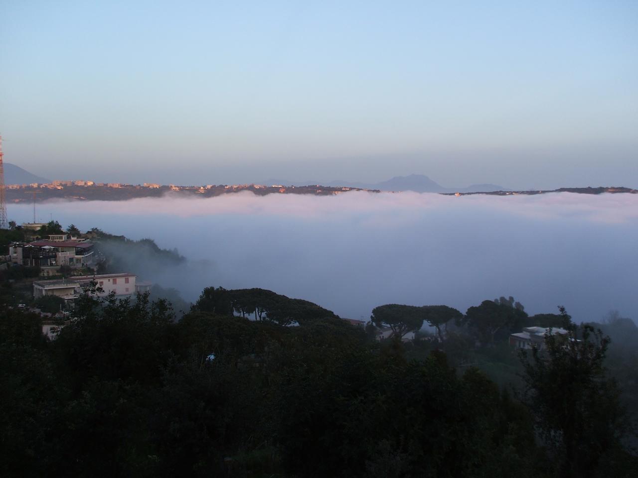 Tipico esempio di nebbia avvettiva (costa tirrenica campana, golfo di Napoli)