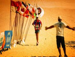 Giuliano Pugolotti durante una maratona nel deserto