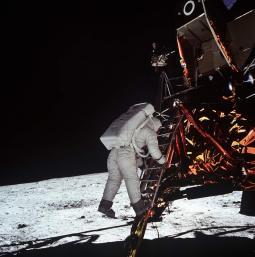 Buzz Aldrin scende dal modulo lunare