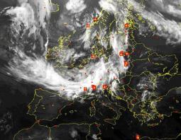 L\'Europa dal satellite h 8.30, in evidenza il fronte instabile