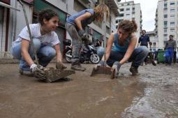 Gli Angeli del fanghi in azione in una Genova alluvionata