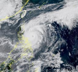 SUPERTIFONE SURIGAE vicino alle Filippine. Migliaia di evacuati e una vittima
