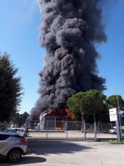 La colonna di fumo alzatasi stamani a Forlì - Fonte: Forlitoday.it