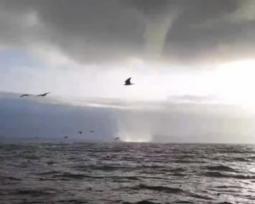 TROMBA MARINA a Sperlonga (LT), volano gli ombrelloni [VIDEO]