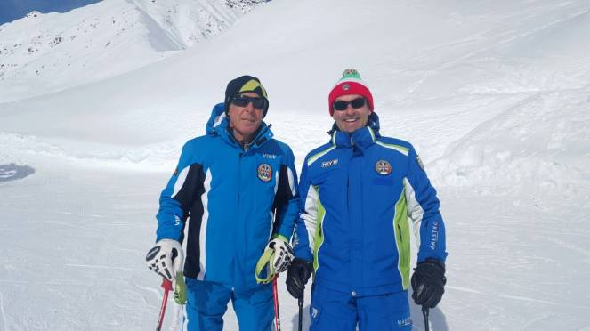 A sinistra il campione Gustav Thoeni con il maestro di sci Paolo de Luca, a destra