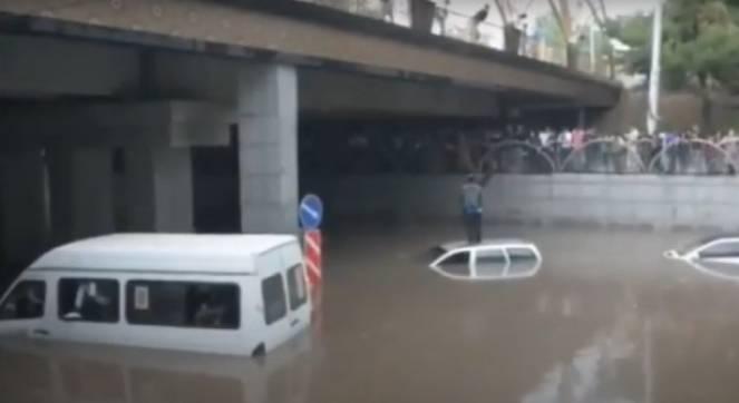 CRONACA METEO - Tajikistan, piogge torrenziali mandano in tilt la circolazione stradale. La gente scappa sui tetti delle auto - VIDEO