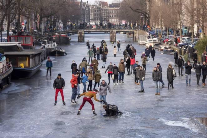 Amsterdam gli abitanti pattinano sui canali completamente ghiacciati