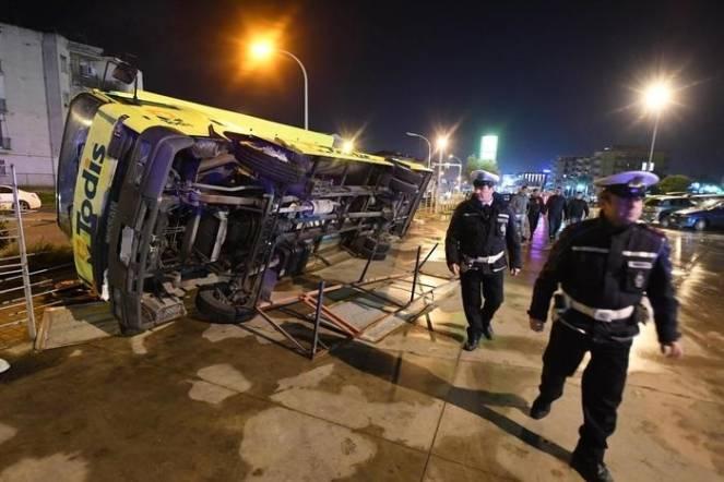Auto e roulotte ribaltate dalla violenza del tornado a Caserta