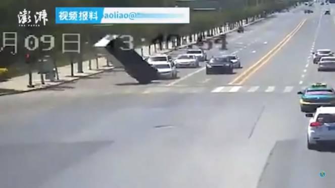 Bizzarro incidente ad un incrocio in Cina, la colpa è di un fenomeno meteo