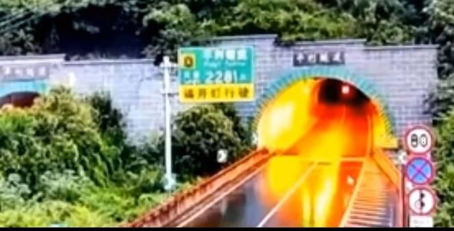 Cina, mezza collina frana su un tunnel