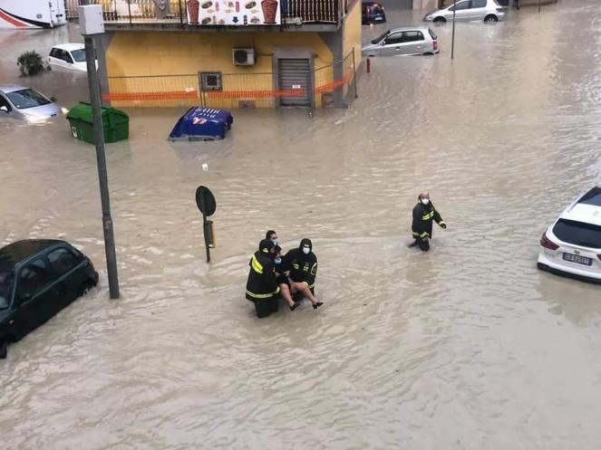 Cronaca meteo maltempo sull'Italia, alluvione a Crotone (fonte pagina facebook Associazione Basta Vittime Sulla Strada Statale 106)