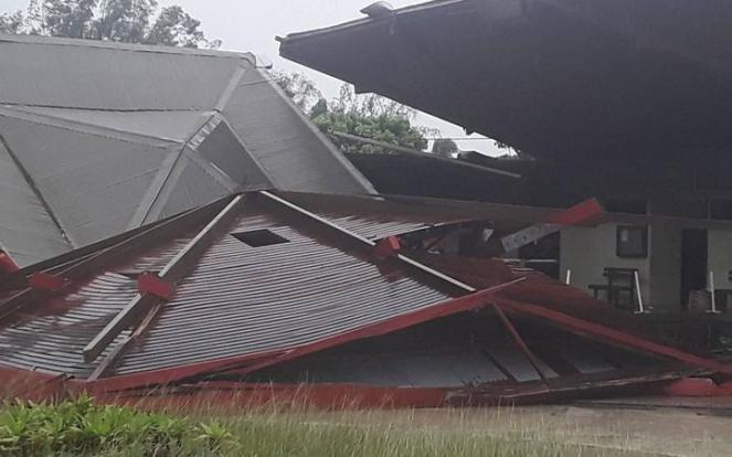 Danni enormi provocati dal ciclone Harold Il tetto del municipio di Luganville è saltato in aria Foto: Petro Aymar e Osy Rarua.