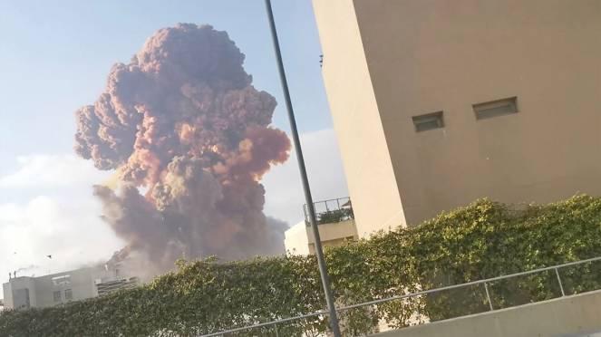 Forti esplosioni a Beirut nella zona del porto, almeno dieci morti