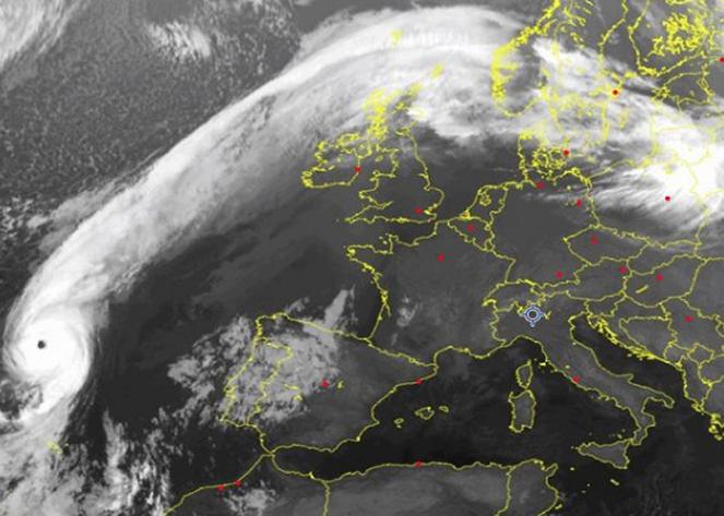 Eccezionale immagine satellitare: l'uragano Ophelia ad ovest del Portogallo, fonte sat24.com