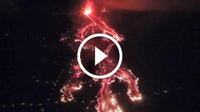 Eruzione a La Palma: la lava raggiunge il mare