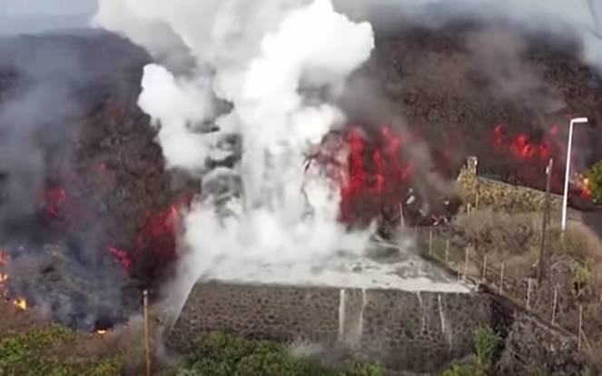 Eruzione del Cumbre Vieja, la lava entra in una piscina