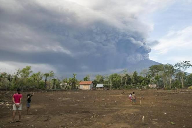 Eruzione del monte Agung Bali, allerta rosso 100mila evacuati