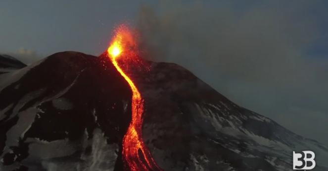 Eruzione etna video spettacolari su cratere e fontane di for Temperatura lava