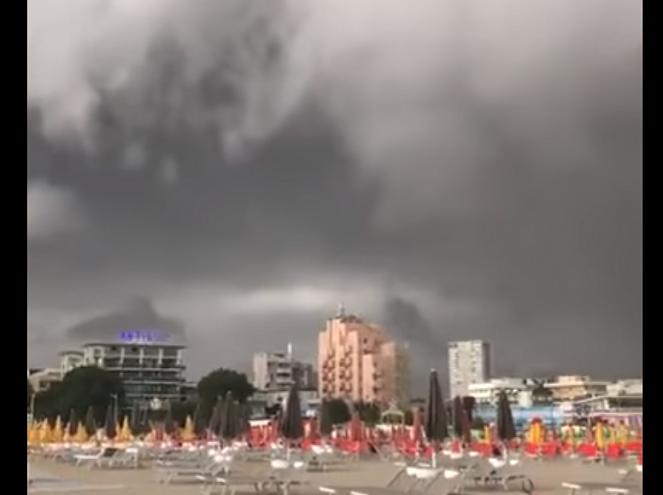 Forte temporale arriva sulla spiaggia di Rimini