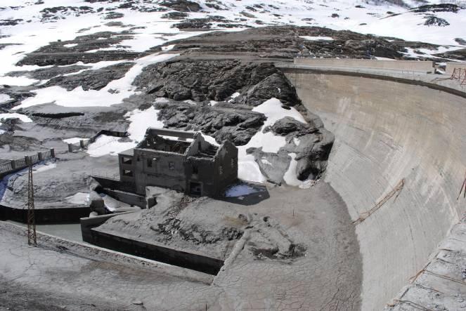 Svuotato il lago del moncenisio e riaffiorano secoli di for Cabine del lago vuoto