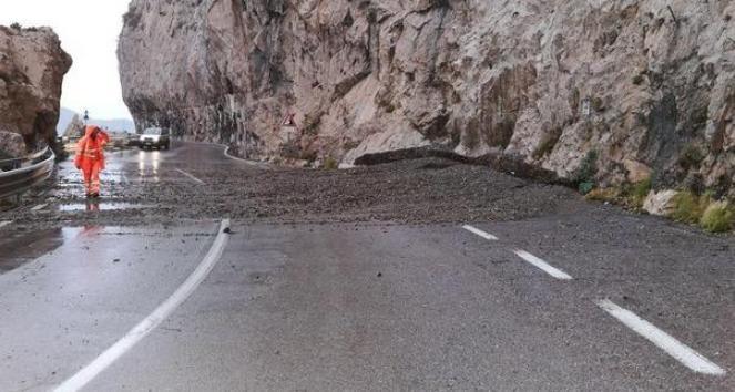Frana in Liguria sull'Aurelia tra Savona e Finale. (Fonte immagine: ilsecoloxix.it)