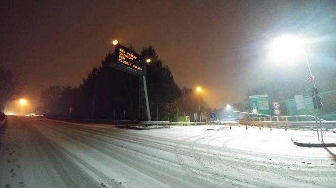 Gelicidio ieri sera sull'autostrada per Varese (Foto: Daniele Venegoni)