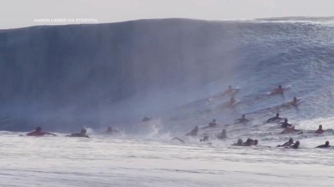 Gigantesca onda coglie alla sprovvista un gruppo di Surfisti a Tahiti in Polinesia