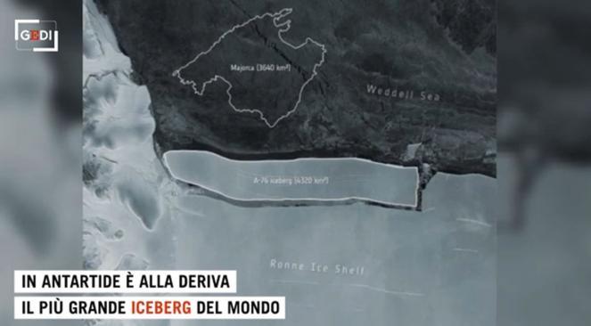 Gigantesco iceberg alla deriva nell oceano antartico