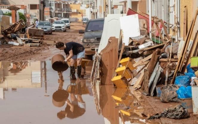 Gli abitanti di Murcia cercano di ripulire le strade. Fonte ANSA